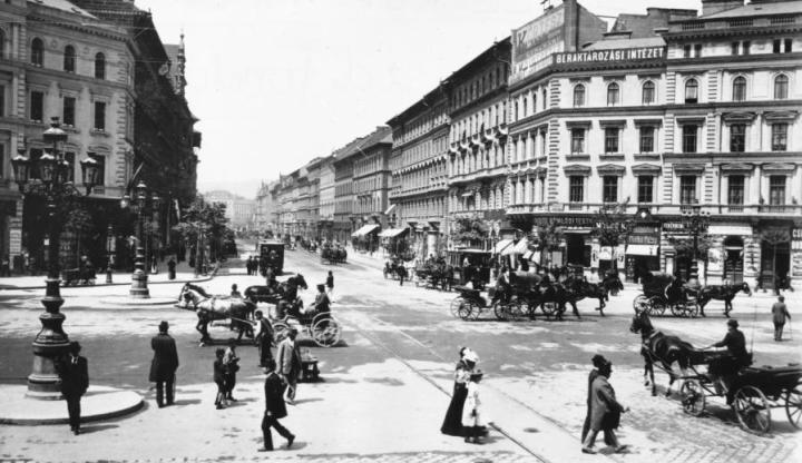 Oktogon, az 1900-as évek elején (Forrás: fortepan.hu)