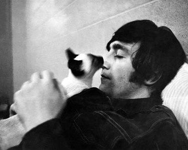 John Lennon macskájával