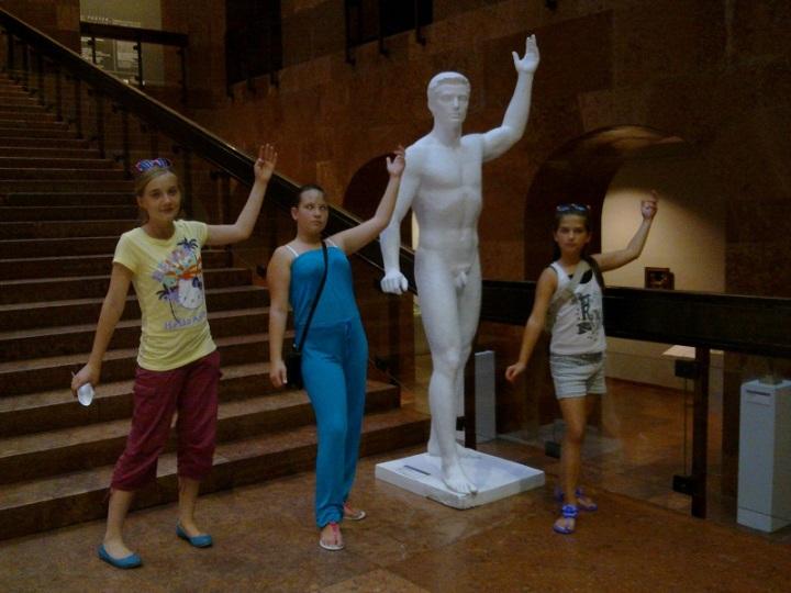 Szobrozó gyerekek a Magyar Nemzeti Galériában