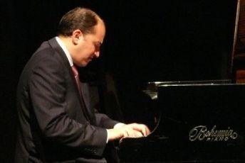 Oláh Kálmán (forrás: http://www.kodalykozpont.hu/kodalykozpont_program/Olah_Kalman_Trio_es_a_PFZ/2013-03-21/19:00 )