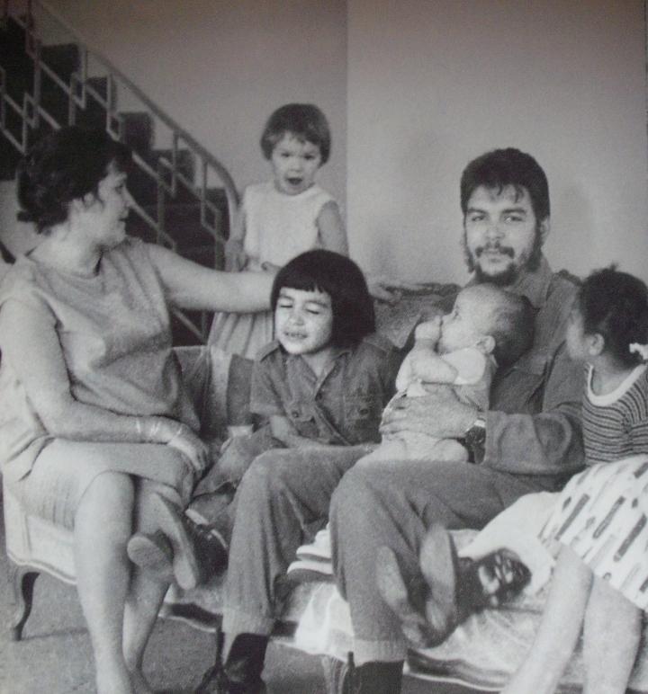 Che és a család (ölében legkisebb lánya, Celia), 1964, Havanna