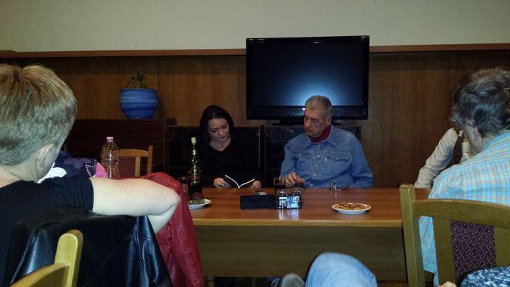 Szeifert Natália és Farkas Molnár Péter nézik a könyvet (Szeifert Judit felvétele)