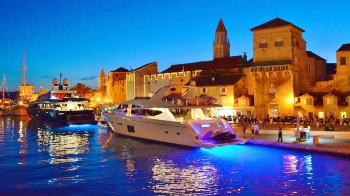 Valószínűtlenül kék tenger - nem a jachtok neonjaitól (Trogir, kikötő)