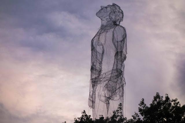 Edoardo Tresoldi gigantikus drótszobra a Roskilde Fesztiválon