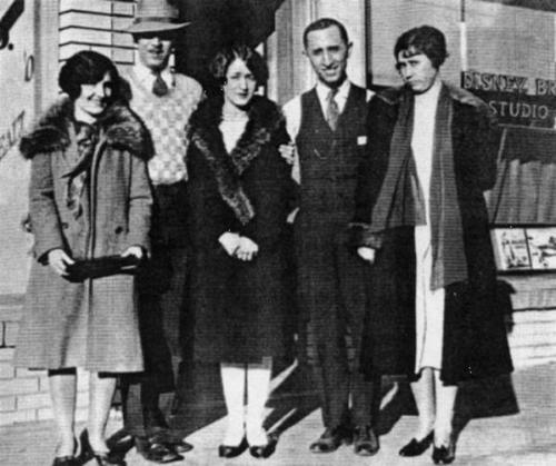 Walt és Roy O. Disney, feleségeikkel, jobb szélen édesanyjuk, az első Disneyland megnyitásakor, 1955-ben