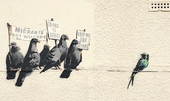 """Banksy graffiti (Clacton-on Sea, Anglia). A feliratok: """"Nem látjuk szívesen a bevándorlókat""""; """"Menjetek vissza Afrikába""""; """"Ne nyúljatok a kukacainkhoz"""""""