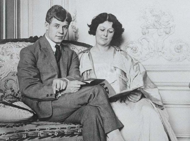 Szergej Jeszenyin és Isadora Duncan. Szergej Alexandrovics Jeszenyin orosz költő 1985. október 3-án (Julián-naptár szerint szeptember 21-én) született Konsztantyinovóban.
