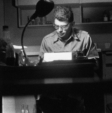 Allen Ginsberg a konyhában dolgozik, 1955, San Francisco, California (© Allen Ginsberg/CORBIS)