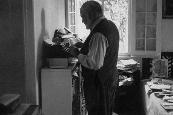 Ernest Hemingway arccal a falnak