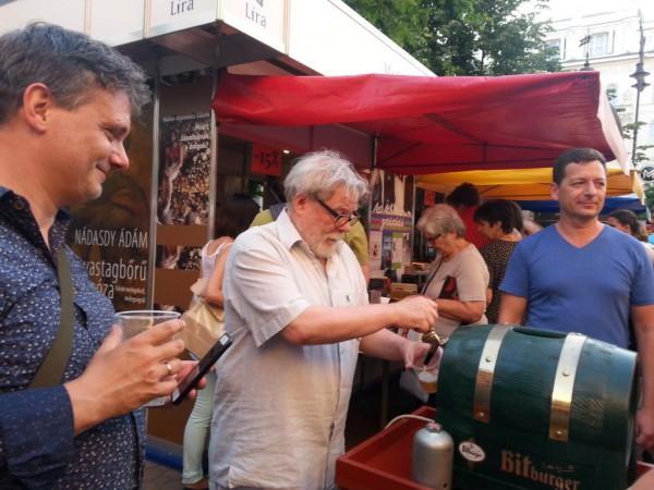 Parti Nagy Lajos sört csapol a 2015-ös Ünnepi Könyvhéten (Fotó: Szeifert Natália)