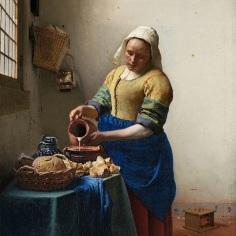 Tejet öntő asszony