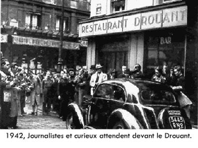 Újságírók várakoznak 1942-ben a híres étterem előtt, hogy megtudják, ki kapta a Goncourt-díjat. (Ma már tudjuk: Bernard Marc)