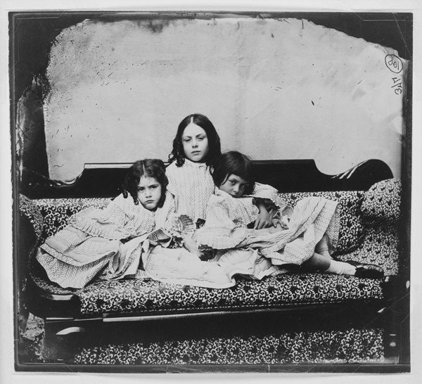 Edith, Ina és Alice Liddell, 1858. június 29. Fotó: Charles Lutwidge Dogson, better Known as Lewis Carroll (1832-98). (Photo by National Media Museum/SSPL/Getty Images)