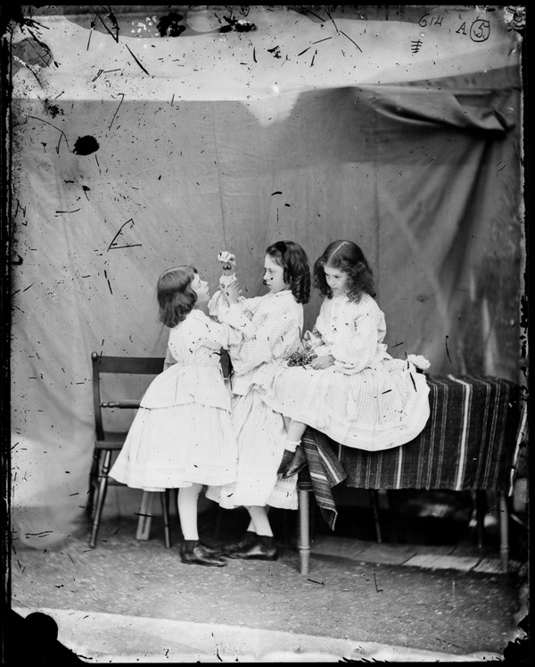Edith, Ina és Alice Liddell,1860 júliusában. Fotó: Charles Lutwidge (Lewis Carrol)  (Photo by National Media Museum/SSPL/Getty Images)