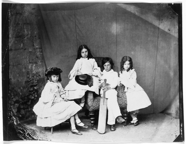 Alice, Ina, Harry és Edith Liddell, 1860. By, Dodgson, Charles Lutwidge, aka Lewis Carroll (1932-1898).  (Photo by National Media Museum/Royal Photographic Society/SSPL/Getty Images)