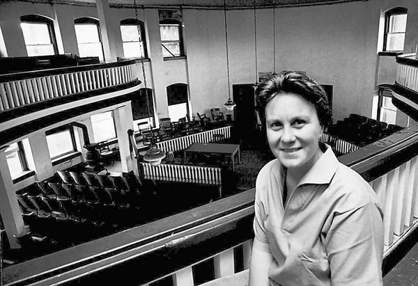 Harper Lee a forgatás helyszínéül szolgáló tárgyalóteremben, Monroeville, Alabama, 1961 (Fotó: Getty Images/HarperCollins)