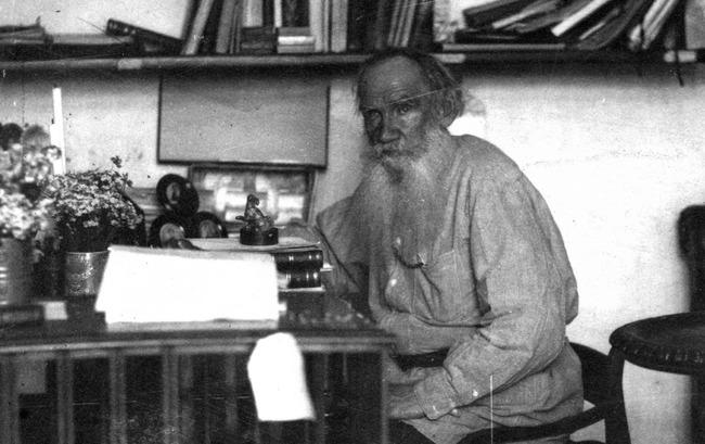 Lev Tolsztoj az íróasztalánál