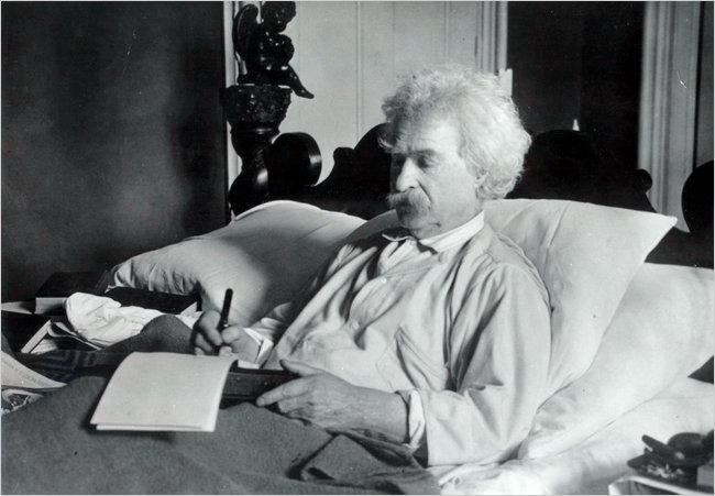 Mark Twain ágyban dolgozik