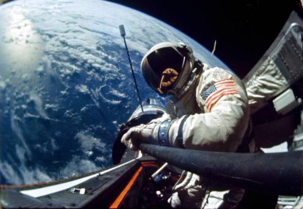 """Alighanem ez a világ legmenőbb szelfije: 1966-ban készítette Edwin """"Buzz"""" ALDRIN asztronauta, amikor a Gemini-program keretében űrsétát tett. Különben... """"Lehet, hogy drága az élet a Földön, de évenként egy ingyenes, Nap körüli utazást is tartalmaz."""" (Ashleigh Brilliant)"""