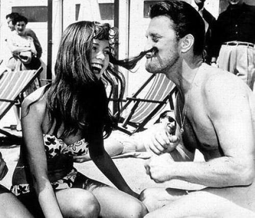 Brigitte Bardot és Kirk Douglas bohóckodnak Cannes-ban, 1953-ban.