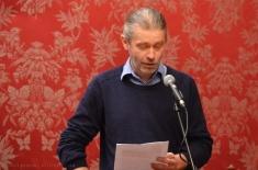 Radics Péter felolvassa a köszöntőjét