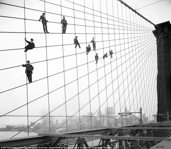 A srácok a Brooklyn-hidat festik egyébként, amikor nem a fényképésznek pózolnak - 1914-ben.