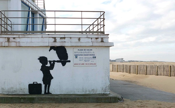 Banksy graffitije a Calais-i plázson