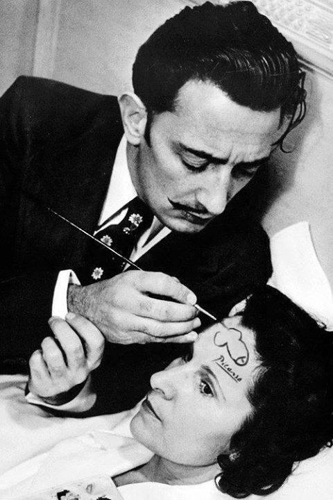 Salvador Dalí szolid motívumot fest felesége, szerelme és múzsája, Gala homlokára. 1945.