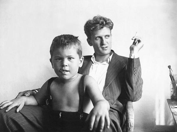 Ez a csöppség itt Robert de Niro, papájával (Robert de Niro Sr.) 1946-ban, azaz 3 éves korában.