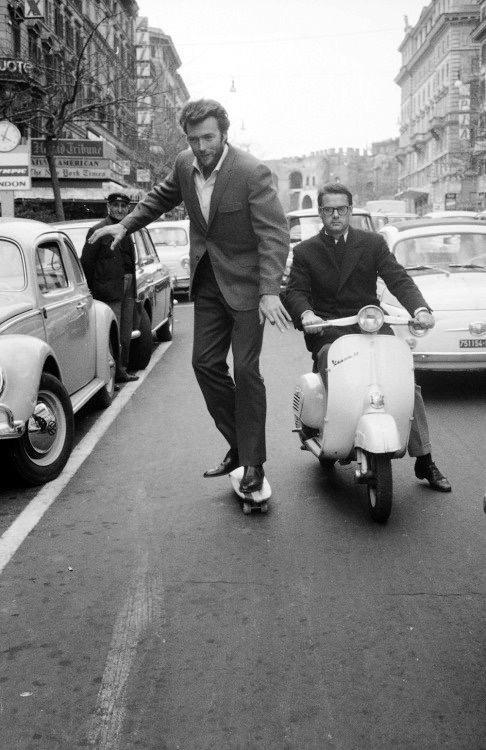 Clint EASTWOOD derít minket jókedvre ezzel az 1964-es római gördeszkázással.