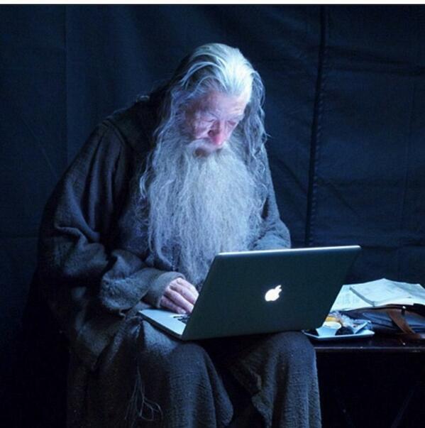 GANDALF (Ian McKellen) forgatási szünetben ellenőrzi az emailjeit.
