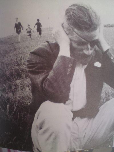 James Joyce 1922-ben... ööö, nem tudjuk pontosan, mit csinál.