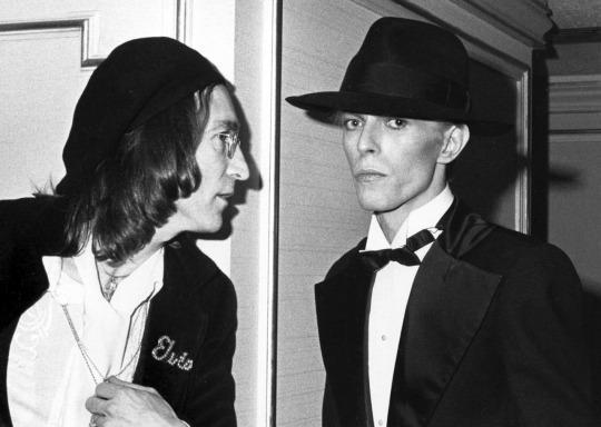 Lennon & Bowie, 1975-ben. Felhívjuk a figyelmet a tiszteletadás finom jelére John zakózsebén.
