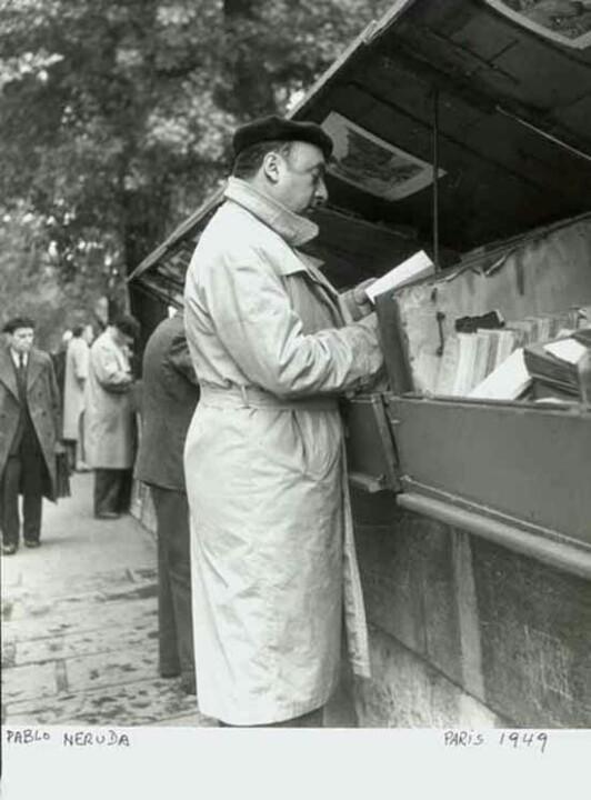 Szeretitek a könyves bolhapiacokat, antikváriumokat? PABLO NERUDA Párizsban, 1949-ben éppen válogat.