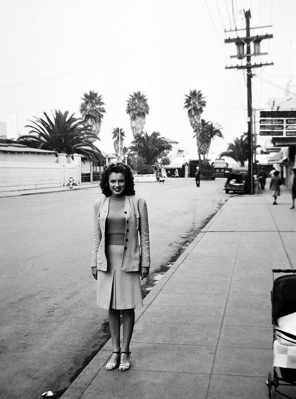 Norma Jean Baker (Mortenson), a későbbi Marilyn Monroe egy Los Angeles-i utcán 1944-ben
