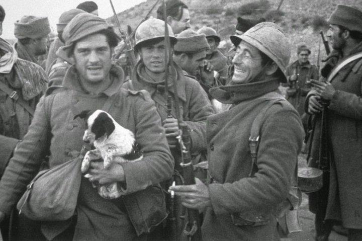 A képen kiskutyát tartó katona George ORWELL, ám aki eléggé szemfüles, a háttérben észrevehet egy másik világhírű írót is... megvan? A kép a spanyol polgárháború alatt készült.