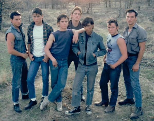 Felismeritek őket? :) Azonnal? Azért ideírjuk a neveket: Tom Cruise, Rob Lowe, Thomas Howell, Ralph Macchio, Matt Dillon, Emilio Estevez, Patrick Wayne Swayze A kívülállók (The Outsiders) című Coppola-filmben szerepeltek együtt, 1983-ban.