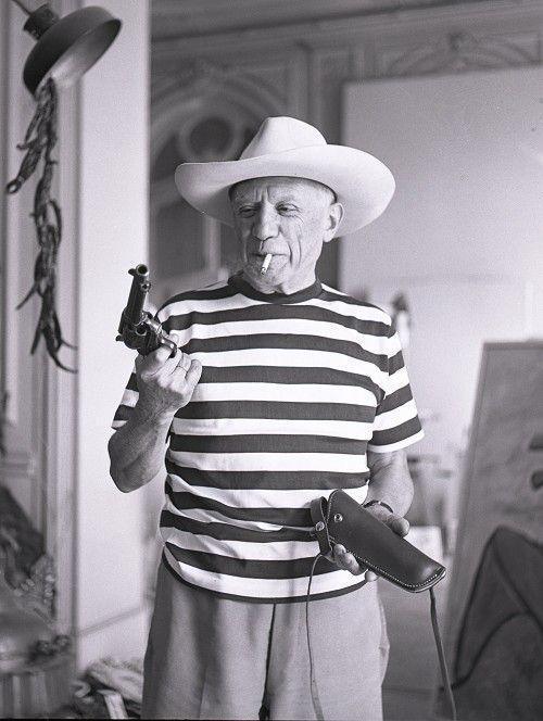 Pablo Picasso Gary Cooper kalapjában és fegyverével, 1959-ben. Fotó: André Villers.