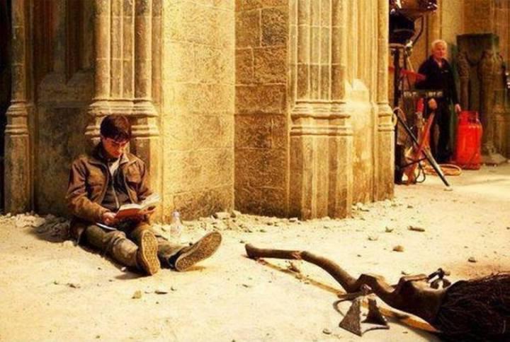 Daniel Radcliffe forgatási szünetben olvassa a Harry Pottert