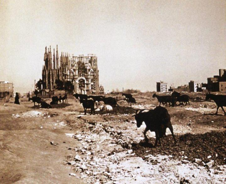 Így nézett ki a Sagrada Familia (és Barcelona) 1915-ben! Bámulunk. :)