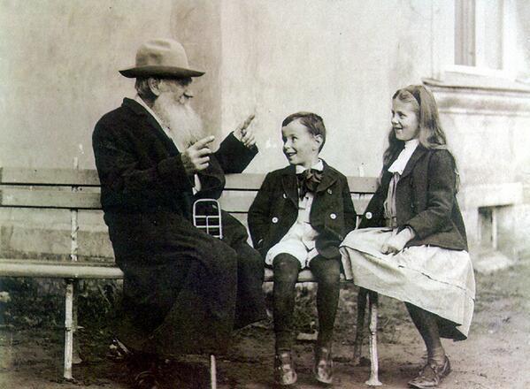 Lev Tolsztoj az unokáival, kb. 1909-ben. Biztos valami jót mesél nekik.