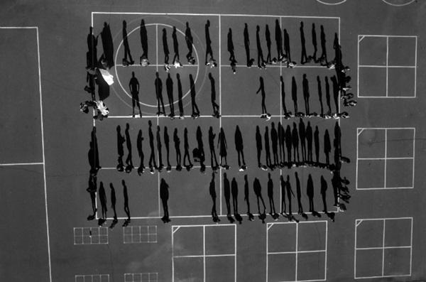 """Tomas van Houtryve, Diákok az iskolaudvaron a kaliforniai El Dorado megyében. """"Napok, amikor kék az ég"""" sorozatból. (kép forrása: magyarmuzeumok.hu)"""
