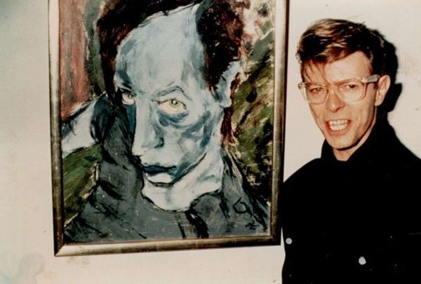 David Bowie az Iggy Pop-ról készült festményével, 1976 (fotó: szeifertjudit.com)