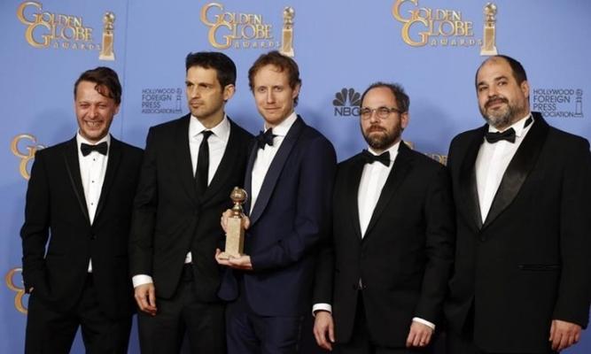 A Saul fia alkotói a Golden Globe-díjjal (REUTERS/Lucy Nicholson)
