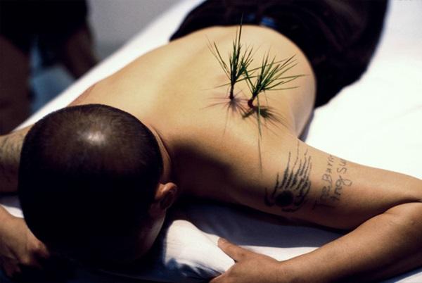 YANG ZHICHAO: Planting Grass, 2000 (fotó: artsy.net)