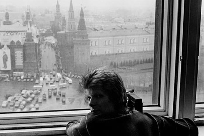 Bowie Moszkvában - az ablakból filmezi az eseményt (Fotó: Geoff MacCormack/Rock Arhive)