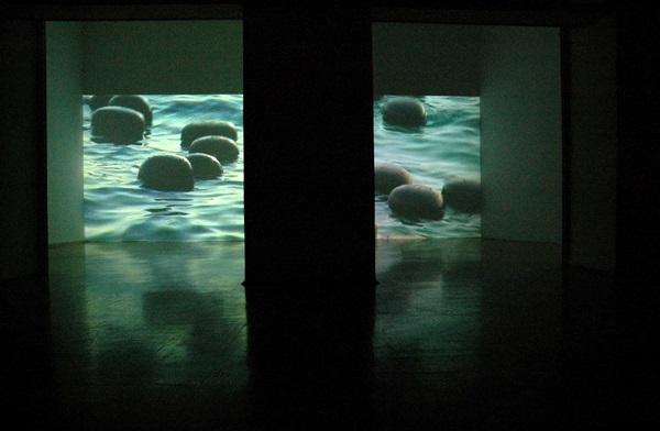 Lovas Ilona: S.O.S (kiállításon készült állókép a videóból; fotó: artportal.hu)