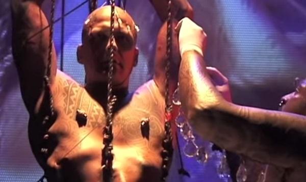 Ron Athey: Szent Sebestyén, 1999 (fotó: állókép a performanszról készült videóból - youtube.com)