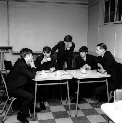 A Beatles és George Martin (jobbra) az EMI Stúdió kantinjában