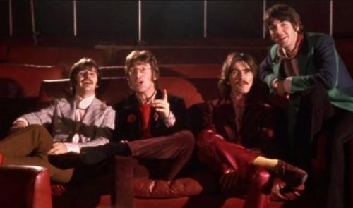 A Beatles, miközben a premier előtt levetítik nekik a Yellow Submarine-t
